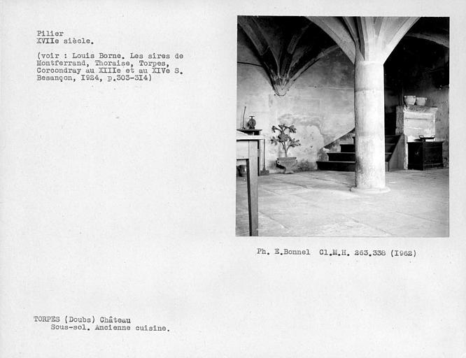Voûte d'ogives de l'ancienne cuisine du sous-sol, pilier