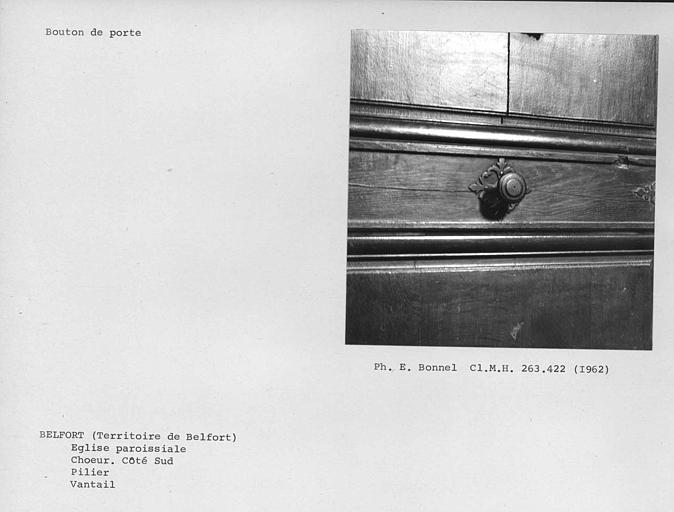 Vantail du pilier gauche à l'angle du transept de la nef, bouton de porte