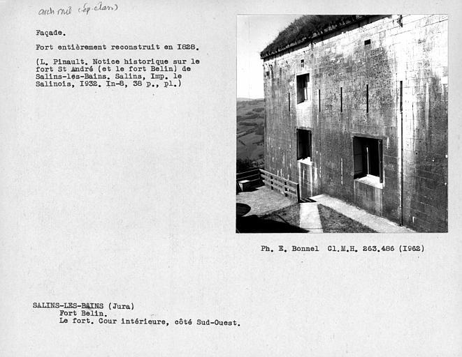 Façade de la caserne du côté ouest de la cour intérieure du fort