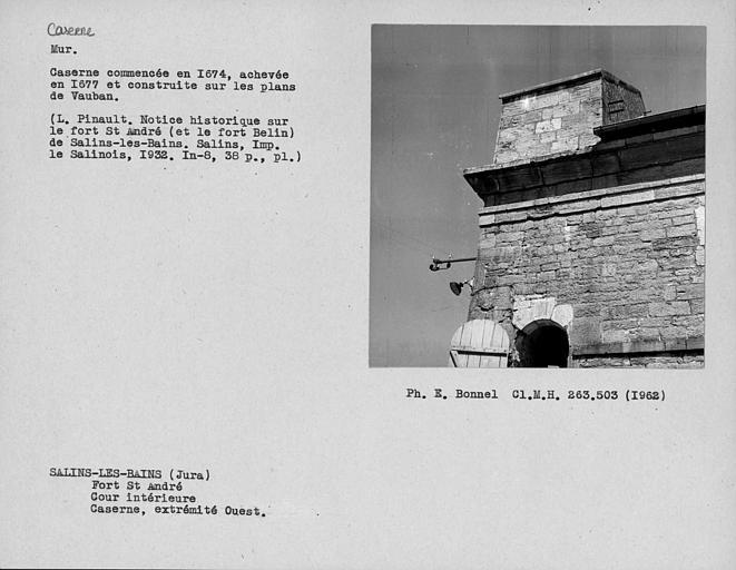 Intérieur du fort, extrémité et mur pignon renforcé de la façade sud de la caserne