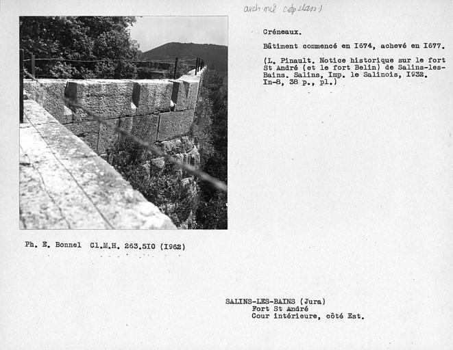 Créneaux du côté est, cour intérieure du fort