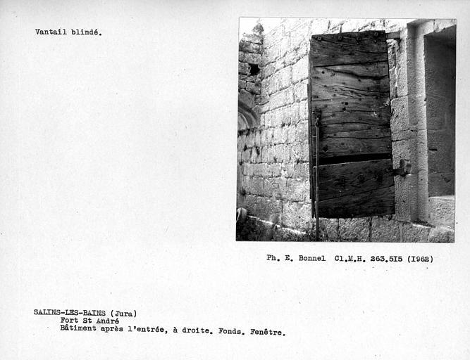 Intérieur du fort, volet de fenêtre du côté ouest de la chapelle ou poudrière du bâtiment à l'ouest de la porte