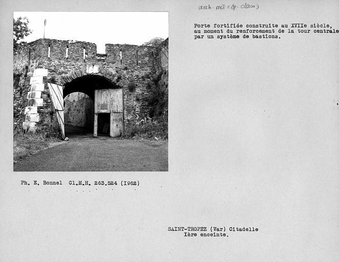 Extérieur de la porte fortifiée de la première enceinte