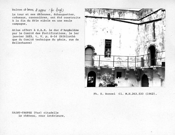 Balcon en fer forgé de la cour intérieure du château