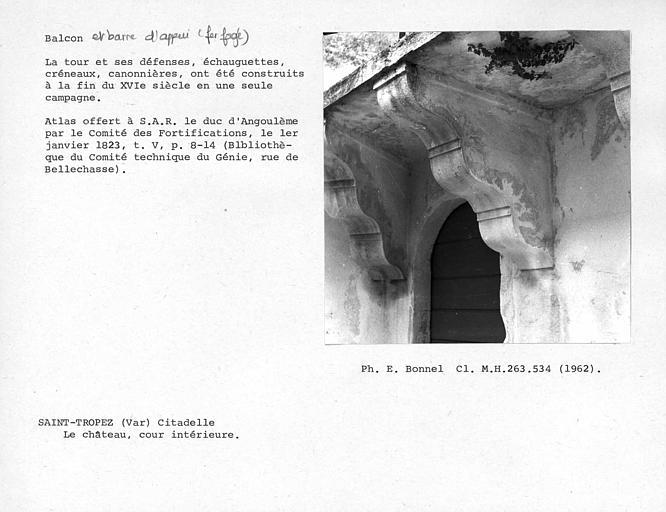 Console du balcon de la cour intérieure du château