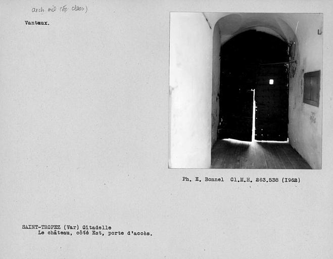 Vantaux de la porte d'accès au château
