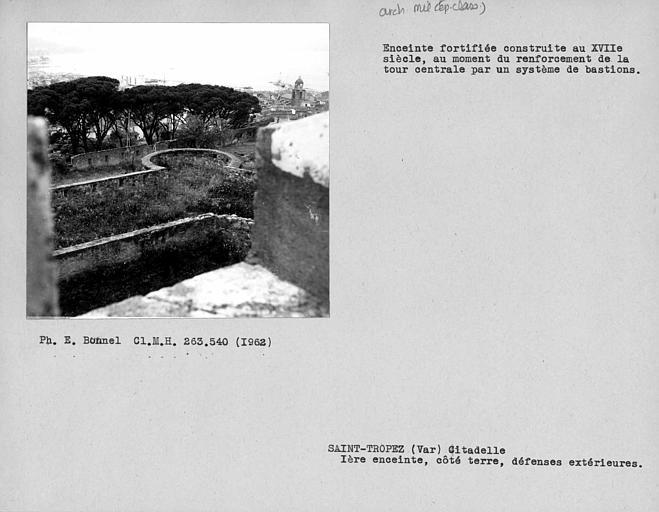 Défenses extérieures du château côté terre