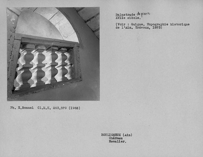 Rampe à balustres de pierre de l'escalier