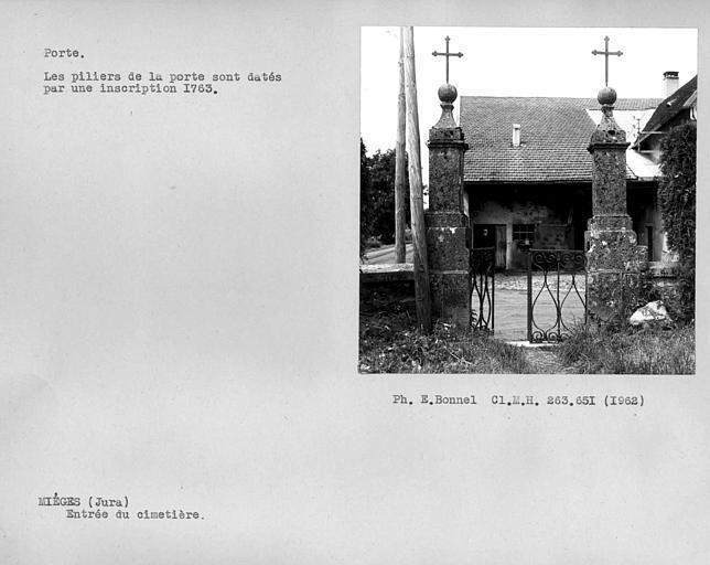 Pilier de la porte d'entrée du cimetière