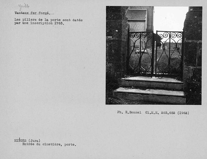 Grille en fer forgé de la porte d'entrée du cimetière
