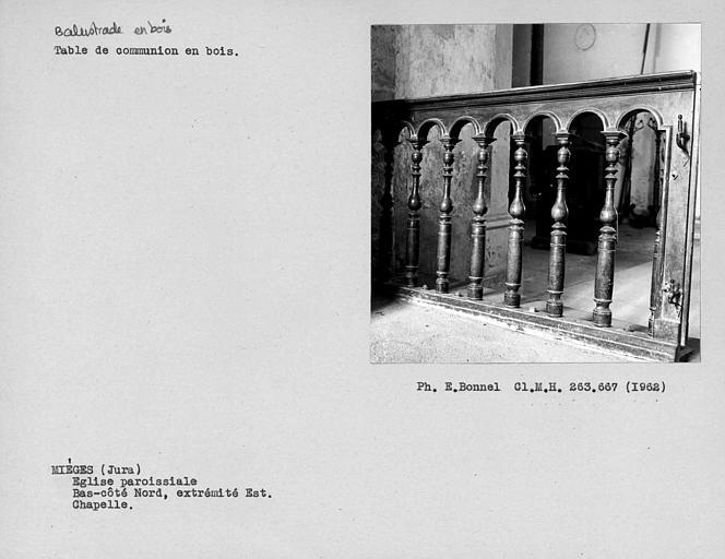 Grille de communion en bois de la chapelle au nord de l'abside