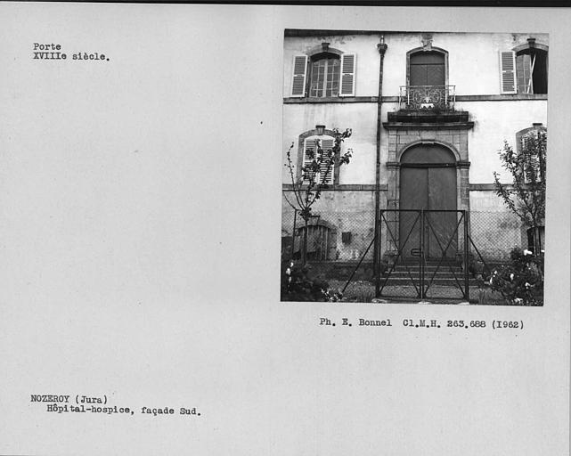 Porte et balcon en fer forgé de la façade sud
