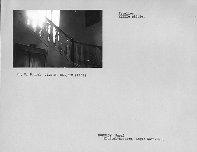 Angle nord-est de l'escalier, rampe en bois