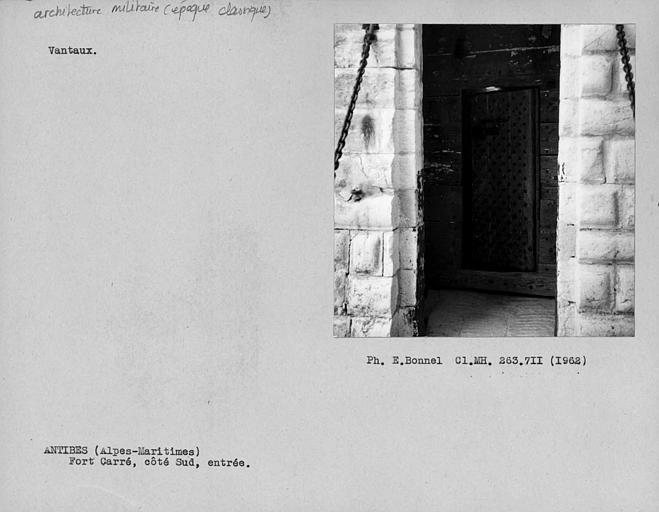 Vantail de la porte à bossages du côté sud