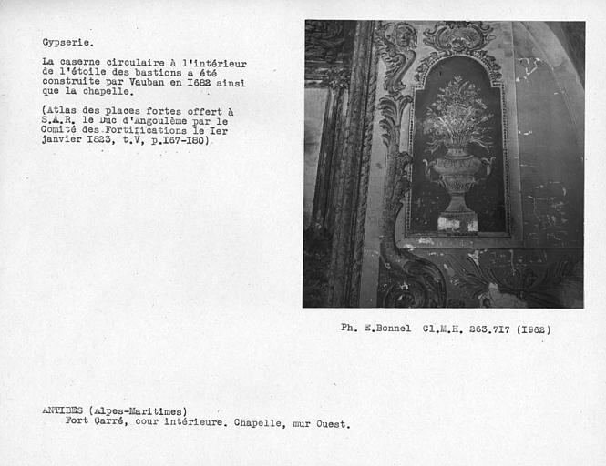 Gypserie de la chapelle du côté est de la cour intérieure, vase sur le côté sud du mur est