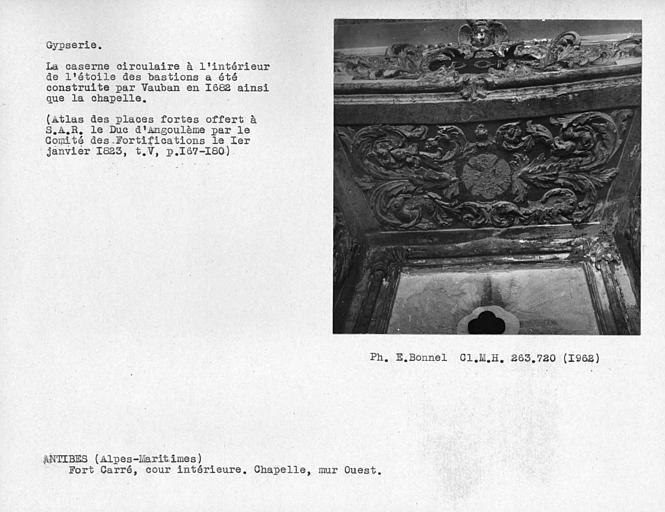 Gypserie de la chapelle du côté est de la cour intérieure, décor de la niche du mur ouest
