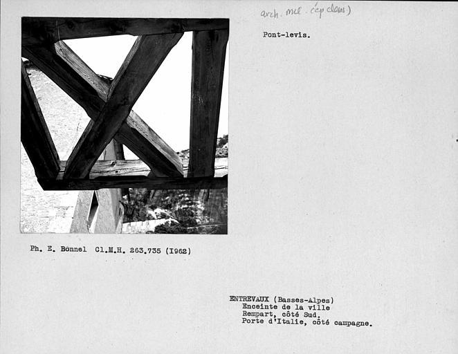 Premier pont-levis à l'extérieur du rempart