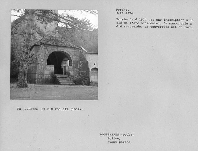 Porche couvert en laves, daté par une inscription à la clé de l'arc occidental. La maçonnerie a été restaurée