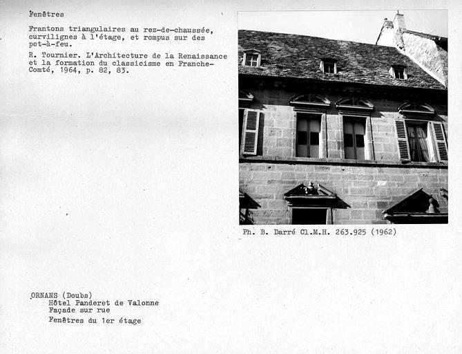 Fenêtres au premier étage de la façade sur rue