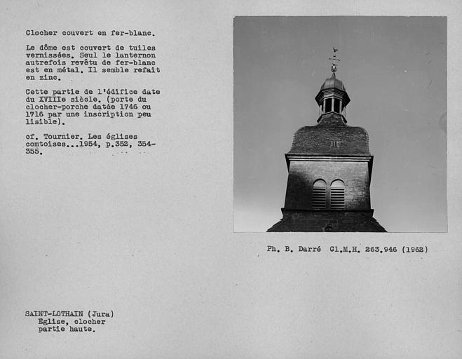 Clocher couvert en fer blanc. Dôme en tuiles vernissées du clocher et lanternon de métal