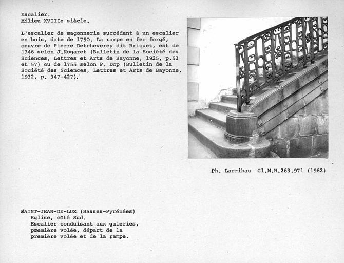 Détail de la première volée de l'escalier conduisant aux galeries et de la rampe
