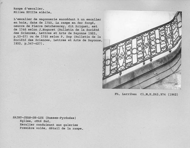 Détail de la rampe en fer forgé de la première volée de l'escalier