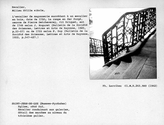 Détail des marches vers le troisième palier de l'escalier conduisant aux galeries