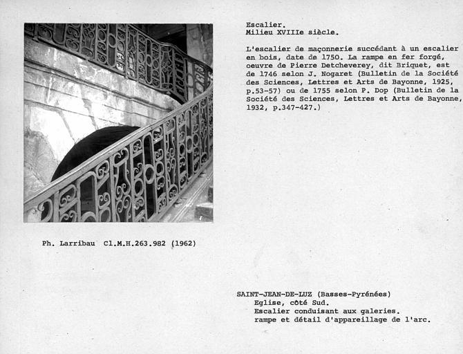 Rampe et détail de l'appareillage de l'arc de l'escalier conduisant aux galeries