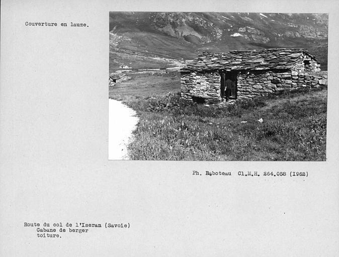 Couverture en lauzes de la toiture, cabane en pierres sèches