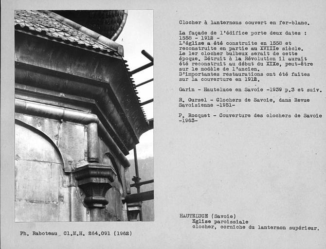 Clocher à lanternons couvert en fer-blanc, restauré en 1912. Corniche du troisième étage, lanternon supérieur
