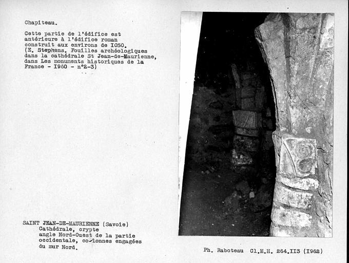 Deux chapiteaux du mur nord de la crypte