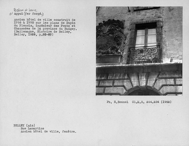 Appui de fenêtre en fer forgé de la façade