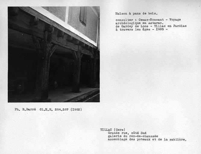 Galerie du rez-de-chaussée, détail de l'encorbellement de l'étage du côté sud de la rue, assemblage des poteaux et de la sablière