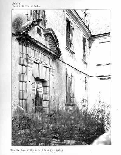 Porte d'entrée à bossages de la façade principale