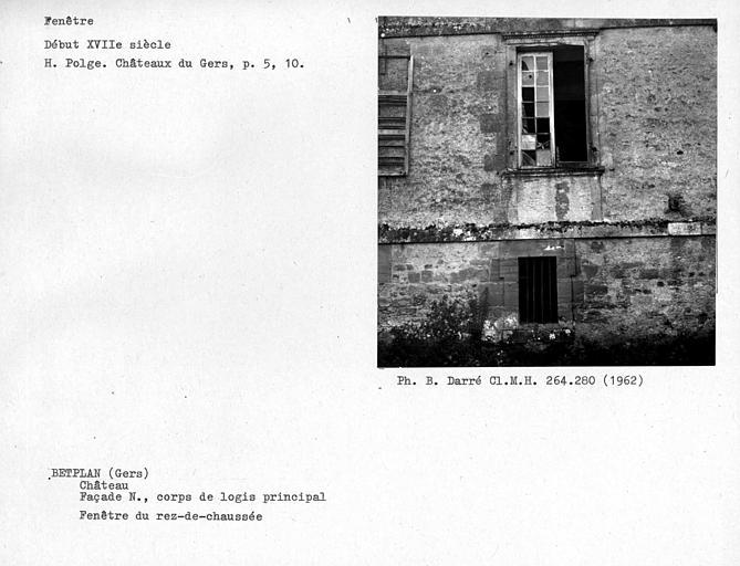 Quatrième fenêtre de la façade nord, au rez-de-chaussée du corps de logis principal