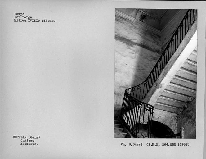 Rampe d'escalier en fer forgé, vue d'ensemble de l'escalier