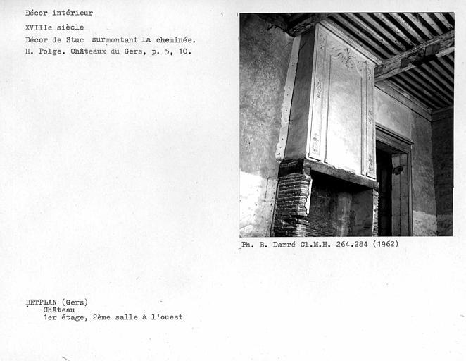Décor de stuc surmontant la cheminée de la deuxième salle ouest du premier étage