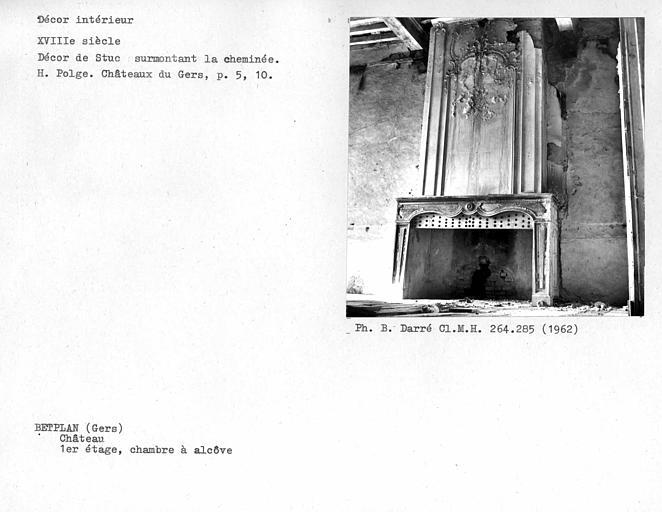 Cheminée surmontée d'un décor de stuc de la chambre à alcôve du premier étage