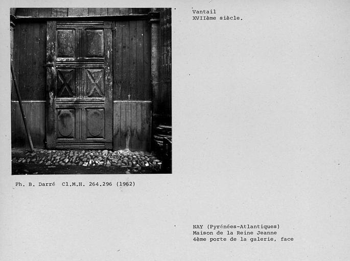 Vantail de la quatrième porte de la galerie au rez-de-chaussée du bâtiment de droite dans la cour