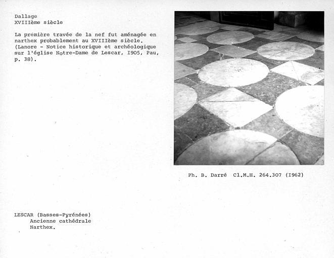 Dallage de marbre noir et blanc du narthex