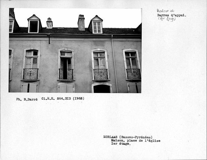 Balcons en fer forgé des fenêtres du premier étage