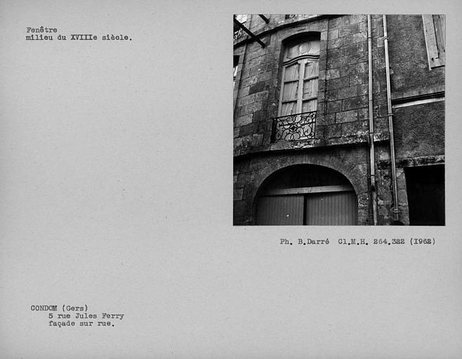 Menuiserie et balcon de la dernière fenêtre du premier étage de la façade sur rue