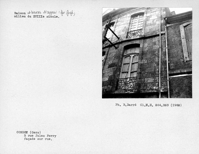Balcons en fer forgé des dernières fenêtres des premier et deuxième étages de la façade sur rue
