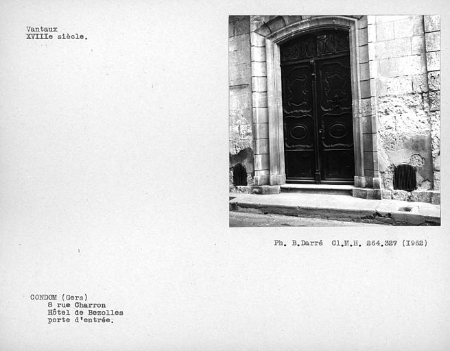 Vantaux de la porte d'entrée de la façade sur rue