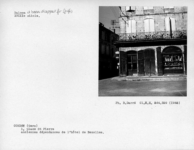 Grille de balcon en fer forgé de la façade