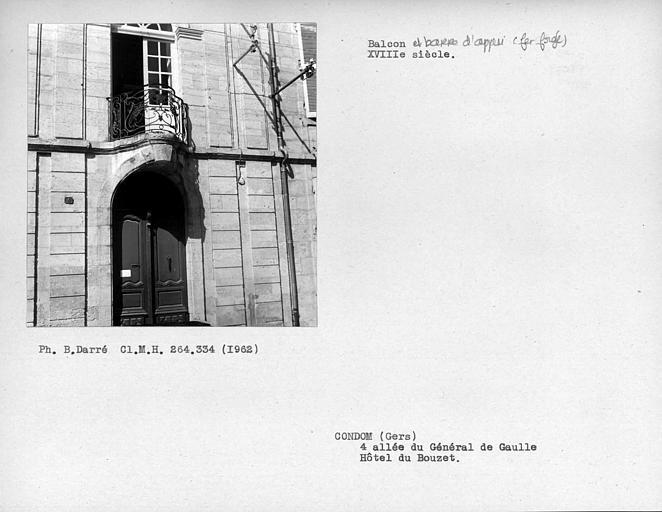 Balcon en fer forgé surmontant la porte d'entrée de la façade