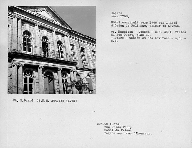 Colonnade et fronton de la façade sur cour d'honneur