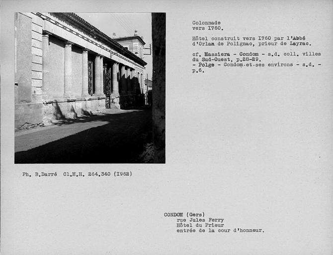 Colonnade sur rue de la cour d'honneur