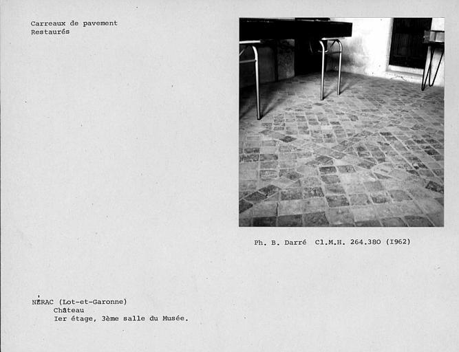 Carreaux de pavement restaurés de la troisième salle du musée du premier étage