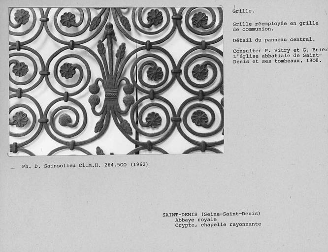 Grille de la chapelle rayonnante de la crypte, détail du motif situé au milieu du panneau central ouvrant